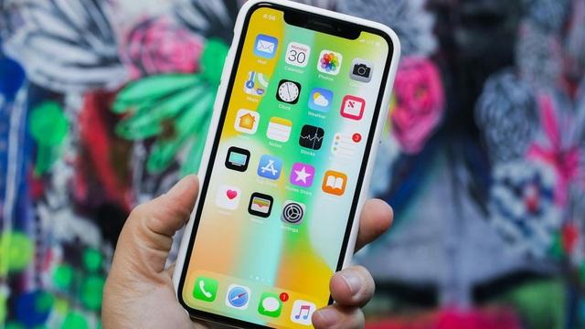 Về iPhone X, đây là dòng sản phẩm đánh dấu kỷ niệm 10 năm ra mắt thế hệ iPhone đầu tiên. Sản phẩm này có sự thay đổi lớn trong thiết kế, đặc biệt là màn hình cạnh và lần đầu tiên loại bỏ nút home vật lý.