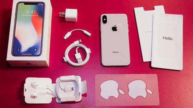 Bên trong hộp, Apple tích hợp các phụ kiện tương tự iPhone 8 và 8 Plus, gồm: bộ sạc, cáp lightning, cổng chuyển tai nghe, tai nghe cổng Lightning, nhãn dán và điện thoại iPhone X.