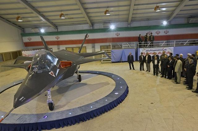 """Chiến đấu cơ Qaher-313 hay còn gọi là Dominant-313 của Iran bắt đầu """"trình làng"""" từ tháng 2/2013. Theo tuyên bố của giới chức Iran, mẫu máy bay này có thể tránh được radar của đối phương, tuy nhiên một số chuyên gia quân sự vẫn nghi ngờ về khả năng đáp ứng được các tiêu chí của một chiến đấu cơ thế hệ thứ 5 của loại máy bay này. (Ảnh: ISNA)"""