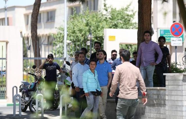Người dân Iran tập trung gần trụ sở quốc hội (Ảnh: Reuters)