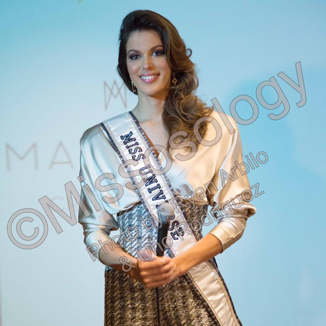 Hoa hậu Hoàn vũ 2016 - Iris Mittenaere tham dự buổi họp báo tại Pháp, ngày 17/3.