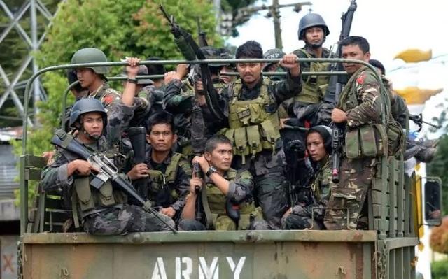 Quân đội Philippines chiến đấu với các phiến quân tại Marawi (Ảnh: AFP)