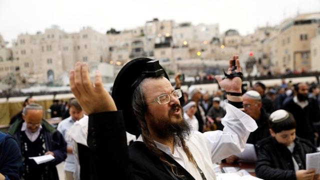 Hàng nghìn người Israel lập đàn cầu mưa. (Ảnh: Reuters)