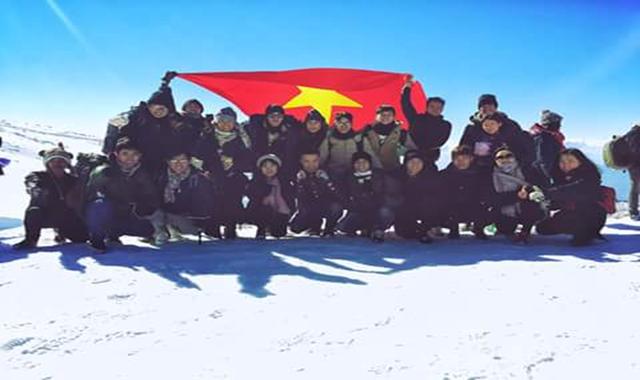 Lá cờ Việt Nam phấp phới trên đỉnh núi tuyết