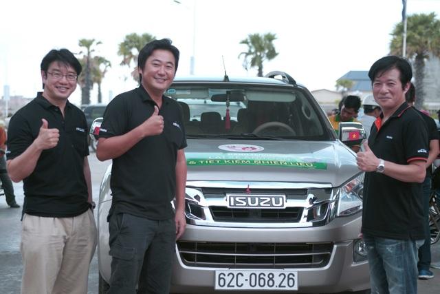 Ông Daisuke Yamada – Giám đốc cao cấp phụ trách mảng LCV của Isuzu (phải) cùng tham dự hành trình IDC 2017.