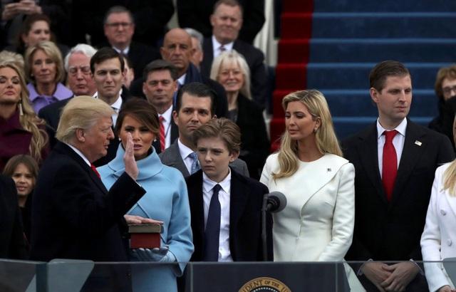 Ivanka (váy trắng) tại lễ tuyên thệ nhậm chức của cha hôm 20/1. (Ảnh: Reuters)