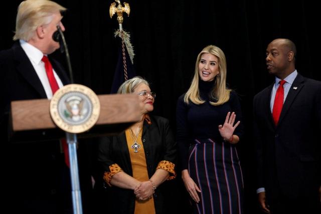 Tổng thống Trump giới thiệu con gái Ivanka trong bài phát biểu nhân chuyến thăm Viện bảo tàng quốc gia hôm 21/2