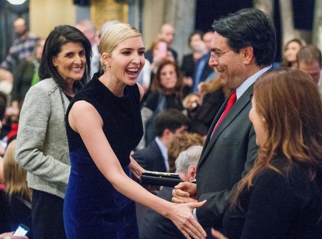 Ivanka Trump cùng khoảng 120 đại sứ từ khắp thế giới là khách mời thưởng thức vở nhạc kịch Come From Away tại nhà hát Gerald Schoenfeld, New York, Mỹ tối 15/3. (Ảnh: AP)