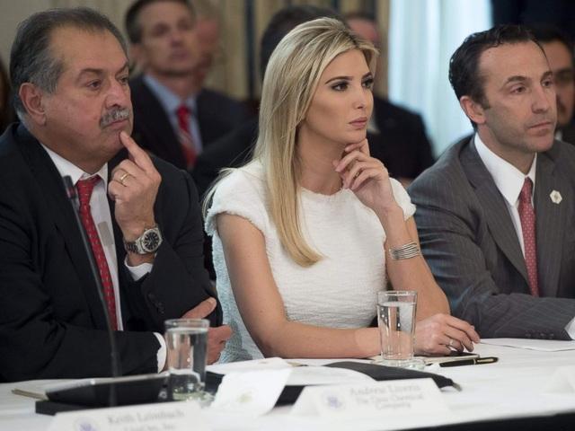 Ivanka cùng cha dự cuộc họp với lãnh đạo doanh nghiệp hôm 23/2. (Ảnh: Getty)