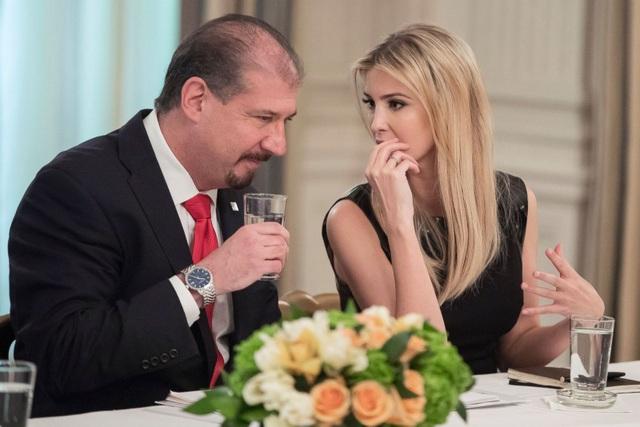 Giám đốc điều hành công ty Ernst & Young, ông Mark Weinberger, trò chuyện với Ivanka Trump trước giờ khai mạc diễn đàn lãnh đạo doanh nghiệp do Tổng thống Trump chủ trì tại Nhà Trắng hôm 3/2. (Ảnh: EPA)