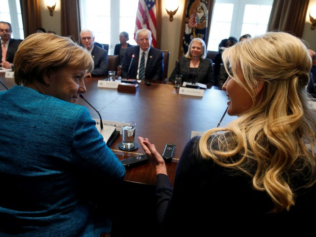 Ivanka tham gia cuộc tọa đàm giữa Tổng thống Trump và Thủ tướng Đức Angela Merkel và lãnh đạo doanh nghiệp hai nước hôm 17/3 tại Nhà Trắng. (Ảnh: Reuters)