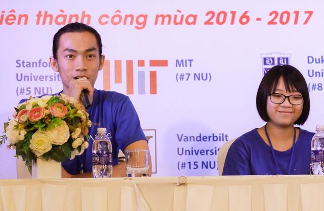 Theo Quốc Huy (trái), các tài lẻ giúp bộ hồ sơ của em khác biệt so với nhiều ứng viên ngành khoa học khác.