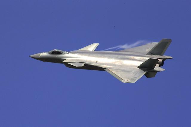 Sau Mỹ và Nga, Trung Quốc cũng đang tập trung phát triển mẫu chiến đấu cơ thế hệ thứ 5. Chiến đấu cơ tàng hình J-20 của Trung Quốc cất cánh lần đầu vào tháng 1/2011, trong đó tích hợp các ý tưởng thiết kế cũng như các tính năng của chiến đấu cơ các nước khác (như F-22, MiG-1.44 và đặc biệt là F-35). Tháng 11/2016, J-20 lần đầu ra mắt công chúng tại triển lãm hàng không ở Trung Quốc. (Ảnh: AP)