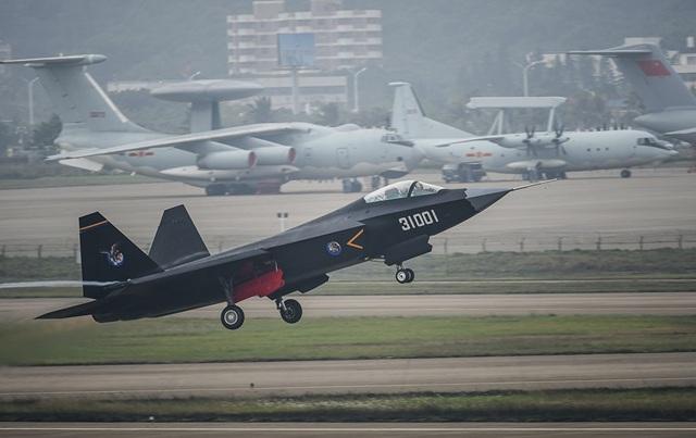 Một sản phẩm khác của ngành công nghiệp hàng không Trung Quốc là J-31, cất cánh lần đầu tiên vào tháng 10/2012. Tuy nhiên, cũng giống như J-20, một số chuyên gia quân sự vẫn đang tranh cãi về việc liệu J-31 có phải thuộc dòng chiến đấu cơ thế hệ thứ 5 hay không. (Ảnh: Flickr)