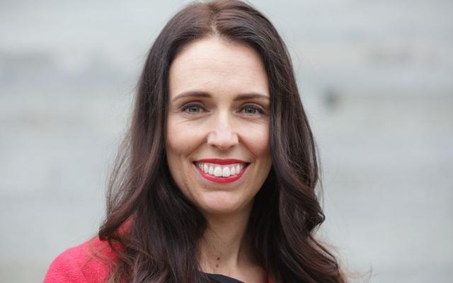 """Hình ảnh trong mắt công chúng của bà Ardern là một nữ lãnh đạo đầy vẻ lôi cuốn, thoải mái. Bà thậm chí còn tạo nên một hiện tượng tại New Zealand gọi là """"Jacindamania"""", tạm gọi là """"những người phát cuồng vì Jacinda"""". Chính sự trẻ trung và cuốn hút đã giúp đảng bà lãnh đạo giành được nhiều sự ủng hộ từ người dân. (Ảnh: RNZ)"""