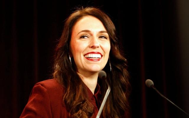 """Ngày 26/10, bà Ardern đã chính thức tuyên thệ trở thành Thủ tướng New Zealand. Bà cam kết sẽ xây dựng một chính phủ """"năng động, tập trung, mạnh mẽ, đồng cảm"""". Ở tuổi 37, bà là thủ tướng trẻ nhất New Zealand trong 150 năm trở lại đây và cũng là nữ nguyên thủ quốc gia trẻ nhất thế giới, theo Telegraph. (Ảnh: AP)"""