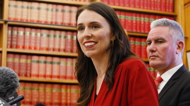 Bà Clark đã từng theo Công giáo, nhưng bà đã bỏ đạo vào năm 2005 sau mâu thuẫn với tôn giáo của bản thân do bà là người ủng hộ quyền lợi của người đồng tính. Bà cũng chính là người có tiếng nói mạnh mẽ ủng hộ New Zealand thông qua đạo luật Bình đẳng Hôn nhân năm 2013, hợp pháp hóa hôn nhân đồng tính tại nước này. (Ảnh: APP)