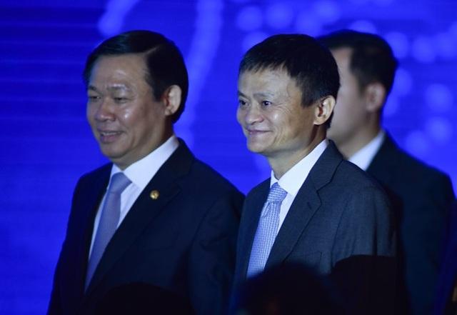 Phó Thủ tướng Vương Đình Huệ cùng tỷ phú Jack Ma tham dự Diễn đàn Thanh toán điện tử Việt Nam 2017