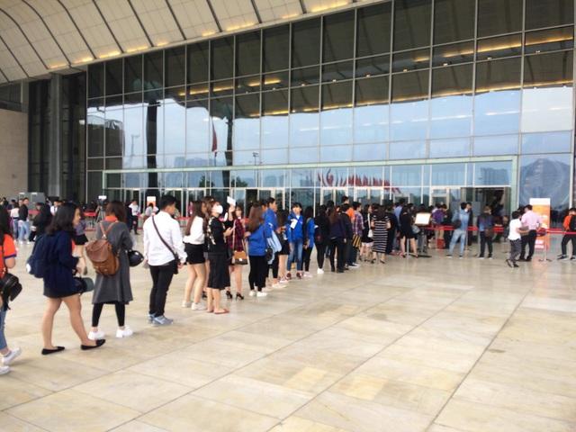 Xếp hàng dài dặc chờ đối thoại cùng thần tượng Jack Ma