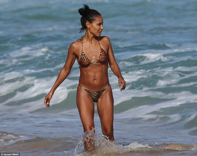 Jada Pinkett Smith khoe dáng săn chắc trên bãi biển Hawaii ngày 16/2 vừa qua