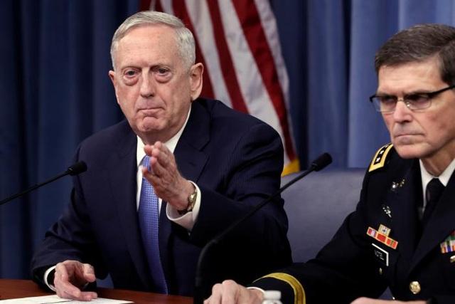 Bộ trưởng Quốc phòng Mỹ James Mattis (trái). Ảnh: Reuters