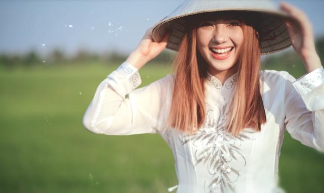 """Hot girl Thái Lan nhận được """"bão like"""" khi mặc áo dài Việt - 3"""