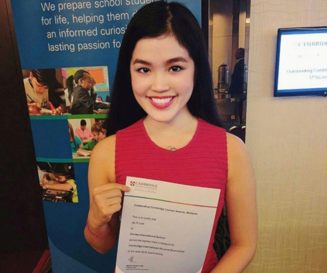 Trên tay Jia Yi Lim (17 tuổi) là thư mời nhập học từ ĐH Cambridge danh tiếng của Anh.