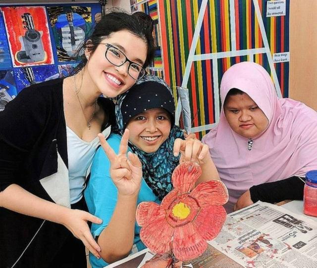 Nữ sinh tài năng còn hỗ trợ quản lý cửa hàng The Street Store ở thủ đô Kuala Lumpur, giúp hơn 300 người vô gia cư có cái ăn, cái mặc.
