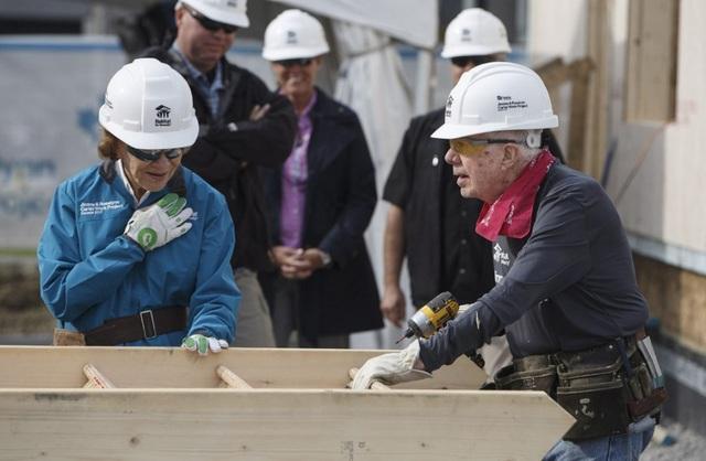 Cựu Tổng thống Carter và phu nhân cùng tham gia dự án Nhà ở nhân đạo tại Canada (Ảnh: Canadian Press)