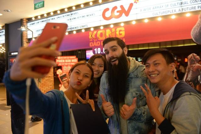 Robert bất ngờ đột nhập một phòng chiếu phim Kong: Skull Island ở Q.7 khiến khán giả vô cùng thích thú. Ảnh: CGV.