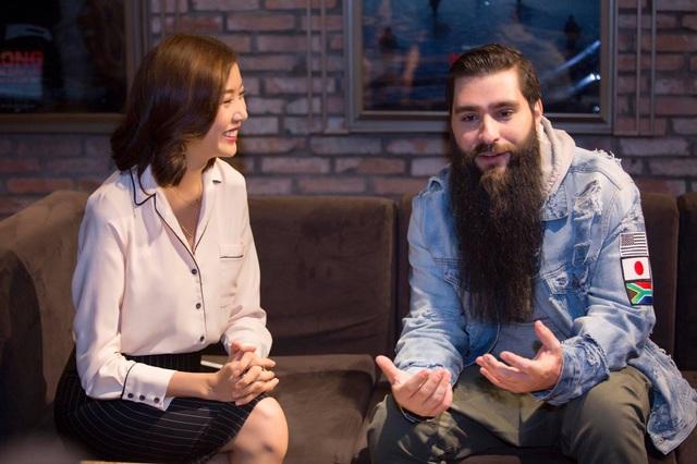 Robert có cuộc trò chuyện với Á hậu Thuý Vân. Ảnh: Nhân Phạm.