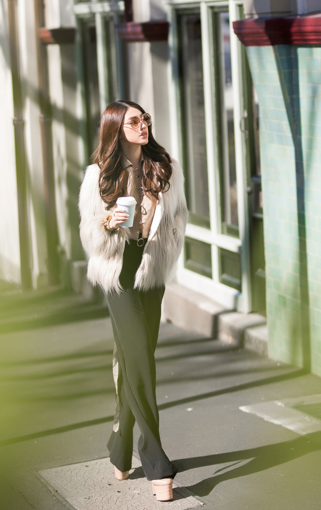 Jolie Nguyễn khoe chân dài miên man khi diện quần âu ống suông kết hợp sơ mi cách điệu, áo lông với tông màu be thanh lịch, cổ điển.