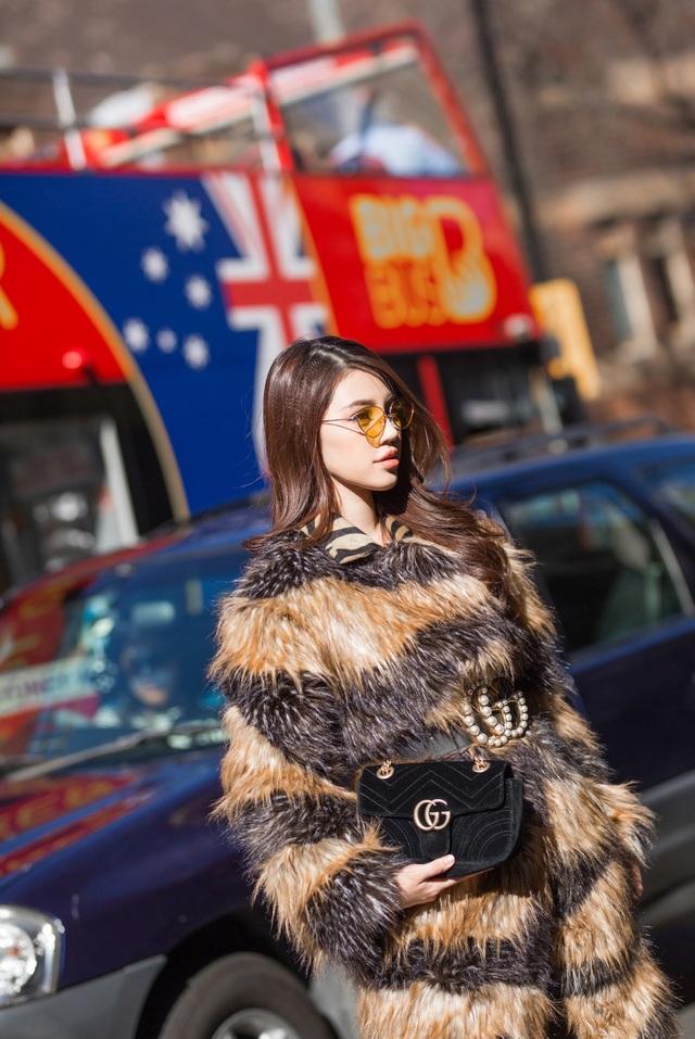 Phụ kiện như: túi, mắt kính, giày được phối đồng điệu với trang phục theo hai tông màu chủ đạo, đen và vàng kim.