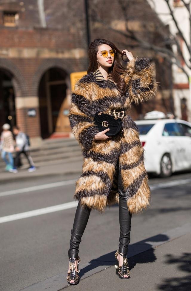 Giữa tiết trời mát mẻ của Sydney, Jolie diện áo lông kết hợp quần da bó sát thời thượng.