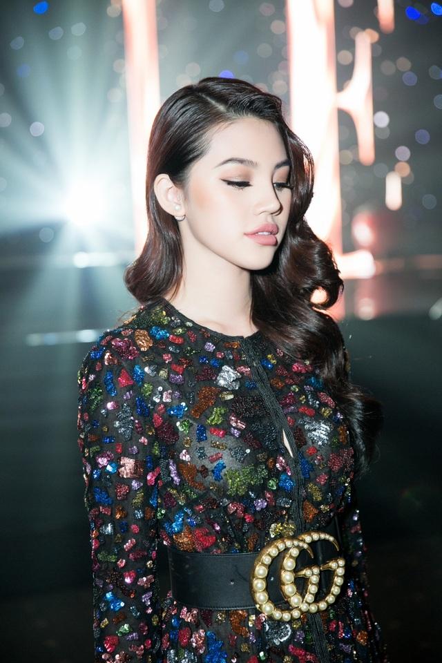 Là một trong những mỹ nhân có gu thời trang sành điệu của showbiz Việt, Hoa hậu Thế Giới Người Việt tại ÚcJolie Nguyễn nhất quyết không chịu thua trong cuộc đua váy áo khi phủ nguyên cây hàng hiệu. Chiếc đầm màu đen đính sequin cầu kỳ tôn lên ngoại hình vẻ đẹp của nàng Hoa hậu. Được biết, thiết kế này có giá 5.000 USD, khoảng hơn 110 triệu đồng.