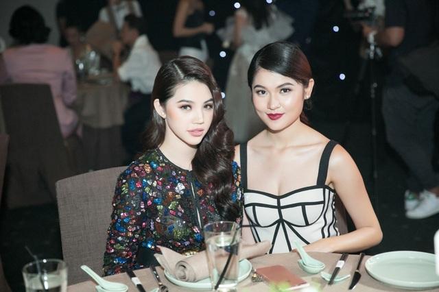 Jolie Nguyễn và Á hậu Việt Nam 2016 Thùy Dung vốn quen thân nhau gần một năm nay khi cùng tham gia các sự kiện giải trí. Vì thế, ở lần hội ngộ này, họ cùng nhau tạo dáng và ghi lại nhiều khoảnh khắc kỷ niệm cùng nhau.