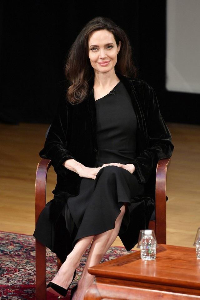 Lộ đầy vết chân chim, Angelina Jolie vẫn đẹp rạng ngời - 6