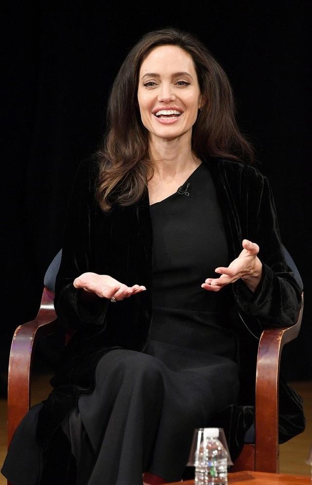 Angelina Jolie chia sẻ về bộ phim mà cô làm đạo diễn First They Killed My Father. Bộ phim sản xuất năm 2017 của Angelina Jolie đã nhận được đề cử Quả cầu vàng dành cho phim nhựa nói tiếng nước ngoài hay nhất. Giải thưởng này sẽ được công bố và trao vào đầu năm 2018.