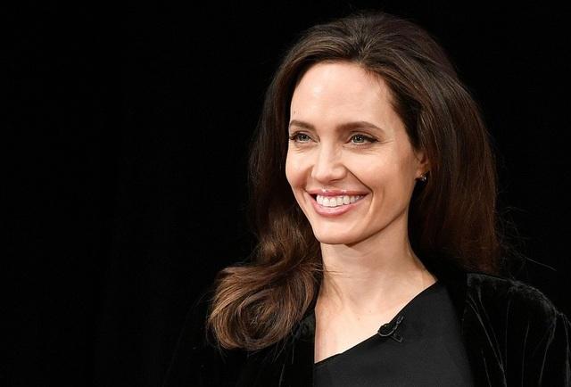 Angelina Jolie hào hứng khi kể về quá trình thực hiện bộ phim First They Killed My Father. Bộ phim được quay tại Campuchia vào năm 2016-2017.