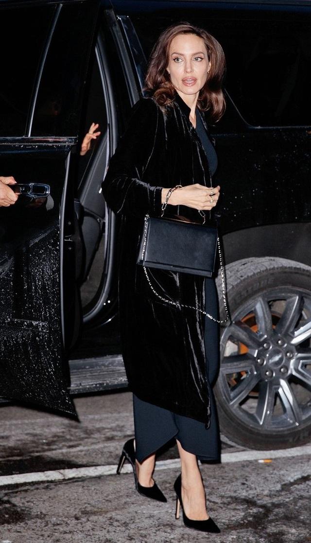 Angelina Jolie bị fan và phóng viên vây quanh khi rời khoiri xe ô tô, ngày 14/12.