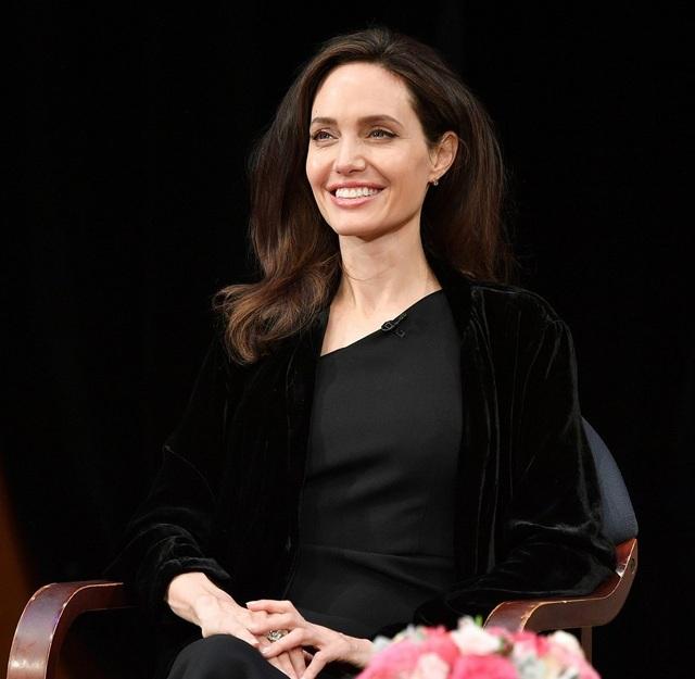 Angelina Jolie đã trải qua hai cuộc phẫu thuật, cắt bỏ tuyến vú và cắt bỏ buồng trứng vào năm 2013 và 2015. Năm 2016 và 2017, cô gặp nhiều vấn đề về sức khỏe. Cô bị liệt nửa cơ mặt và ngày càng gầy gò. Tuy nhiên, xuất hiện trước công chúng, Angelina Jolie vẫn luôn cuốn hút.