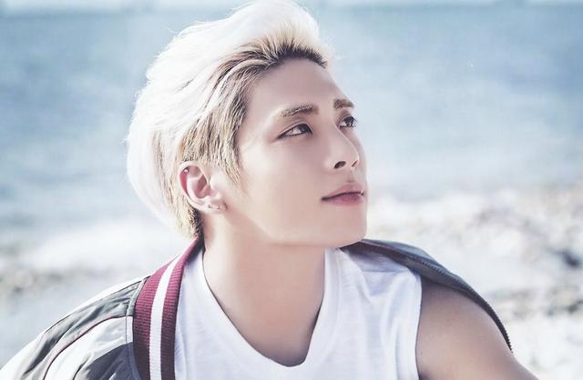 Jong Hyun thuộc sự quản lý của công ty SM Entertainment. Anh là thành viên của nhóm Shinee trước khi phát triển sự nghiệp solo và đã phát hành một số album cá nhân. Sự ra đi đột ngột của Jong Hyun đã khiến SM Entertainment quyết định tạm hoãn hoạt động của tập đoàn này trong những tháng cuối năm để tưởng nhớ ngôi sao đoản mệnh.