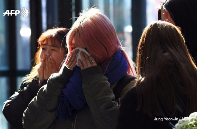 Một fan không cầm được nước mắt khi nói với phóng viên: Những ca từ trong các ca khúc của anh ấy luôn buồn bã và giờ đây tôi đang đọc lại chúng. Thậm chí ngay cả di chúc của anh ấy cũng giống như lời của một bài hát và điều đó đã chứng tỏ tài năng của Jong Hyun.