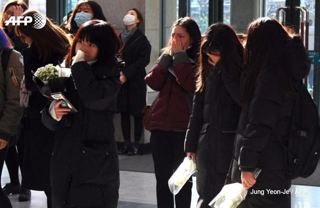 Sao và fan Hàn không cầm được nước mắt trong lễ tưởng nhớ thành viên nhóm Shinee - 6
