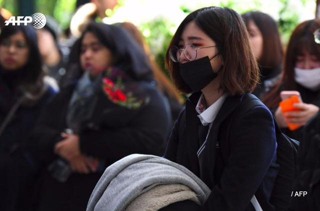 Nhiều fan nữ cũng có mặt tại bệnh viện để tưởng nhớ thần tượng.