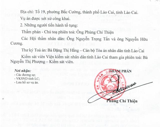 Chủ tịch UBND tỉnh Lào Cai và Chủ tịch UBND TP Lào Cai chuẩn bị hầu toà sau khi người dân quyết định khởi kiện.