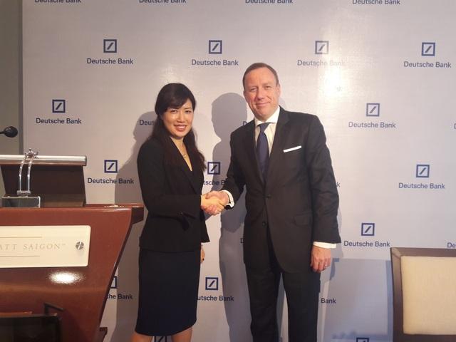 Chuyên gia Kinh tế Cấp cao, bà Juliana Lee (trái) tin rằng kinh tế Việt Nam sẽ phát triển mạnh trong năm 2017