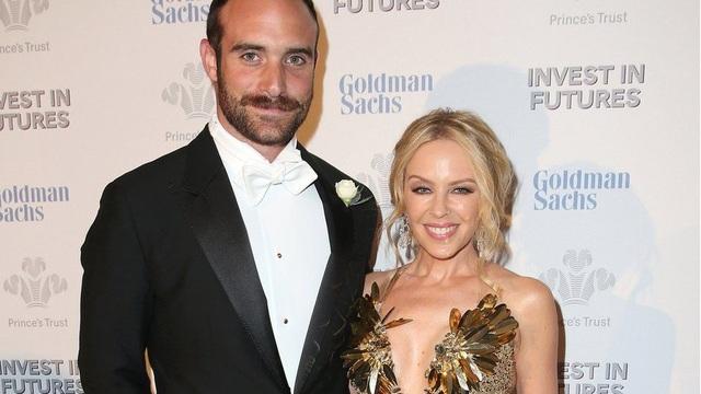 Kylie Minogue bất ngờ xác nhận thông tin cô đã chia tay bạn trai kém 19 tuổi Joshua Sasse dù trước đó nữ ca sỹ còn úp mở chuyện kết hôn