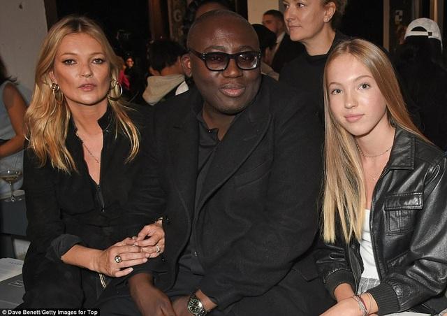 Siêu mẫu Kate Moss đưa con gái Lila Grace, 14, tuổi đi xem buổi diễn của Topshop ngày 17/9 vừa qua. Hai mẹ con ngồi cạnh TBT tạp chí Vogue Anh Edward Enninful