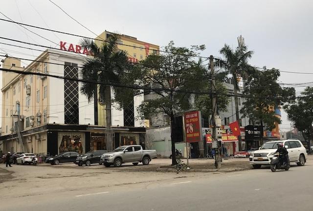 Mặt tiền quán karaoke này nằm ở đường Nguyễn Thị Minh Khai - tuyến đường nóng là nơi đóng của nhiều trụ sở cơ quan hành chính sự nghiệp.
